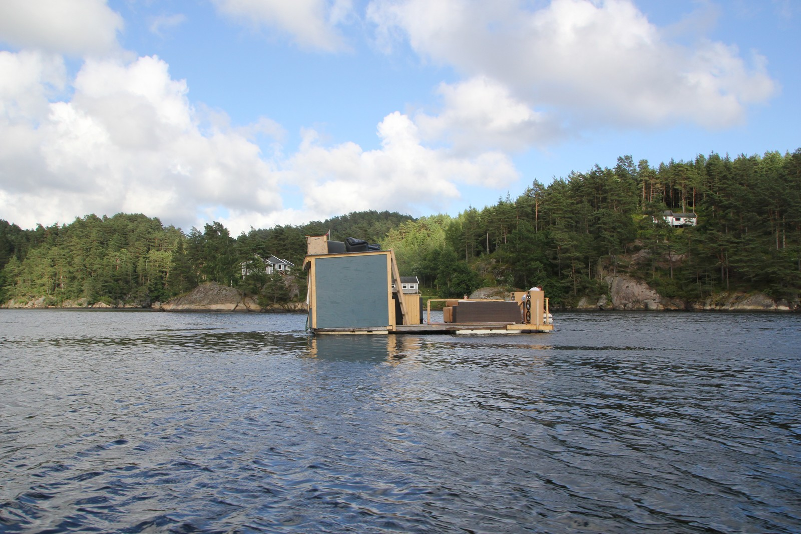 Ligger lavt i vannet i Tånevik i Søgne.