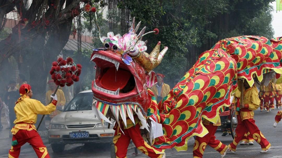 Løvedansere feirer overgangen til Hundens år i Kina.