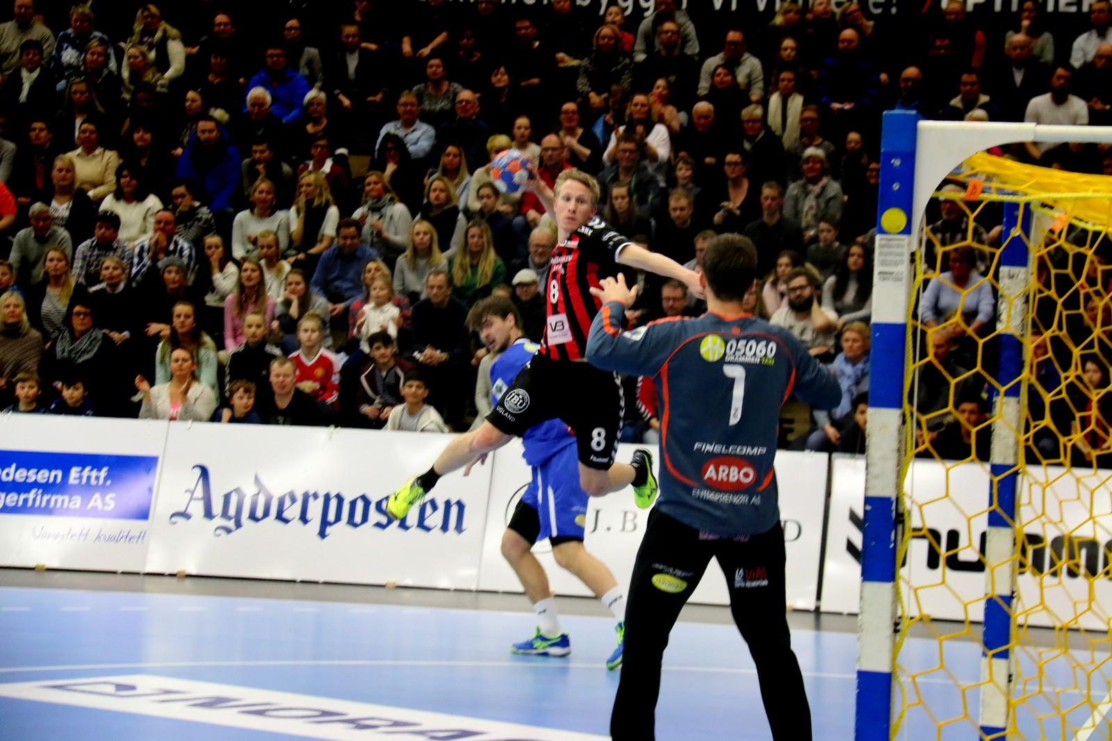 Magnus Jøndal prøver seg frå kant.
