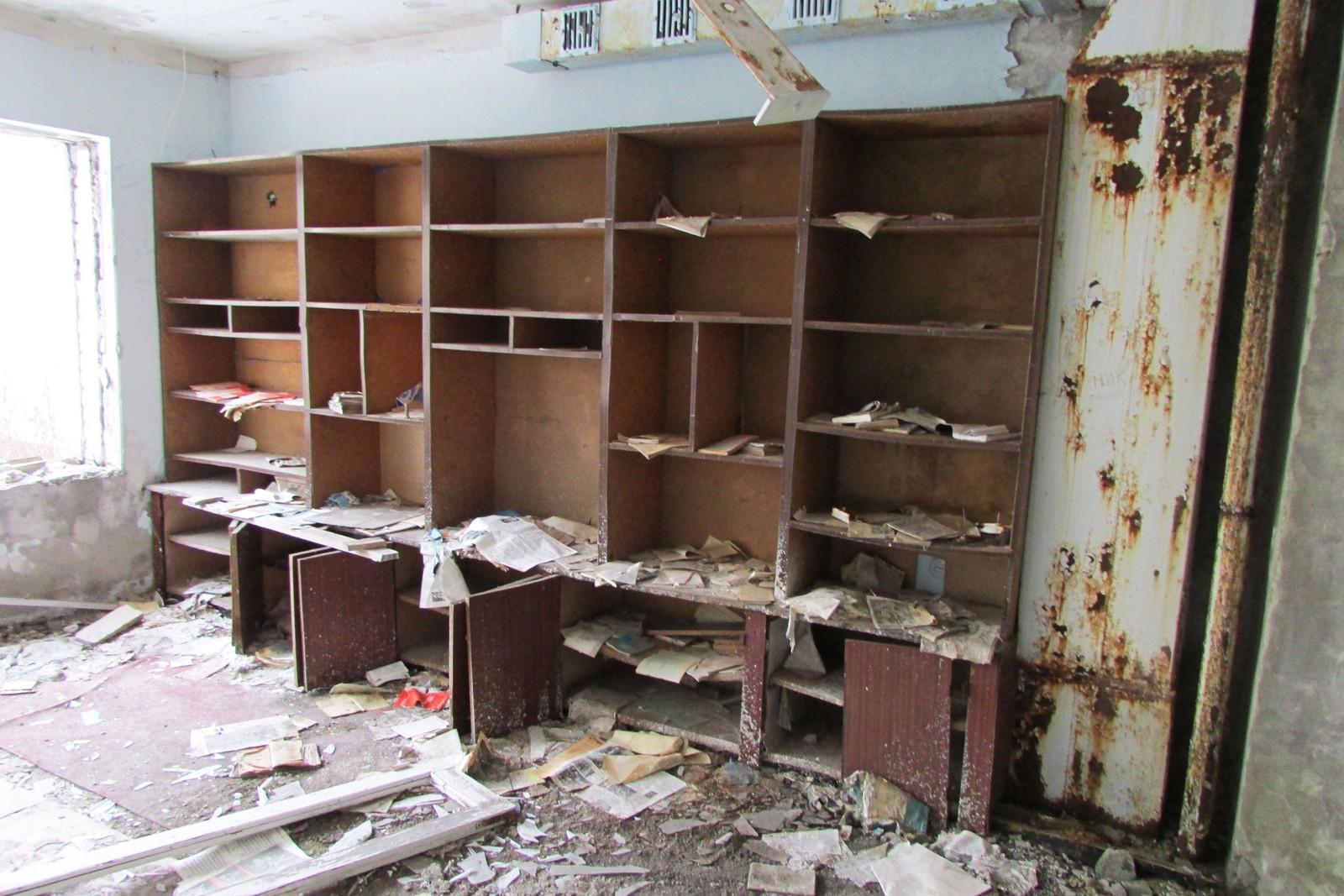 I hyllene på noen av rommene ligger papirene slik de ble forlatt den aprildagen for 30 år siden.