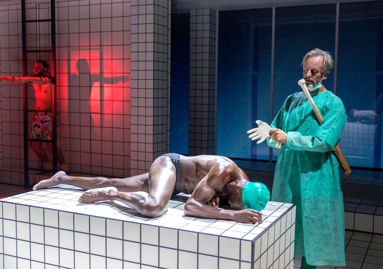 """Skuespillerne Kingsford Siayor, og Øystein Røger spiller i stykket """"Renset"""" på Nationalteateret i Oslo."""