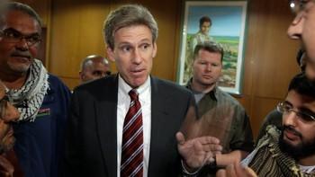 USAs nå avdøde ambassadør Chris Stevens snakker med medier i Benghazi under et møte i april 2011