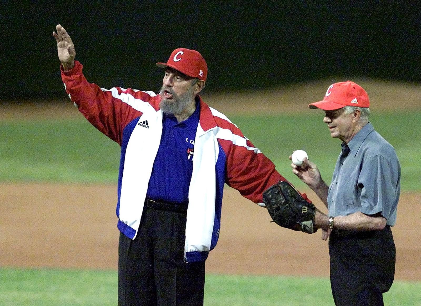 Fidel Castro sammen med representant for erkefienden USA, tidligere president Jimmy Carter. Forholdet dem to imellom var langt bedre i 2002, da de til ære for fotografene tok det første kastet i en baseballkamp i Havana, enn da Carter styrte nabolandet.