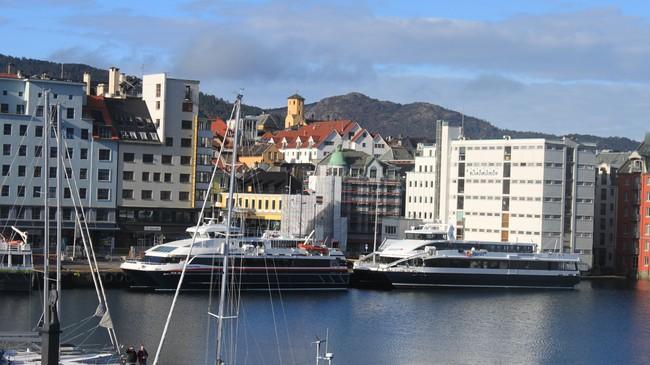 To av ekspressbåtane til Fjord1 Fylkesbaatane ved kai i Bergen. Til høgre Sognekongen, som vart bygd av Brødrene Aa i Hyen, til venstre Fjordtroll. Foto: Kjell Arvid Stølen, NRK.