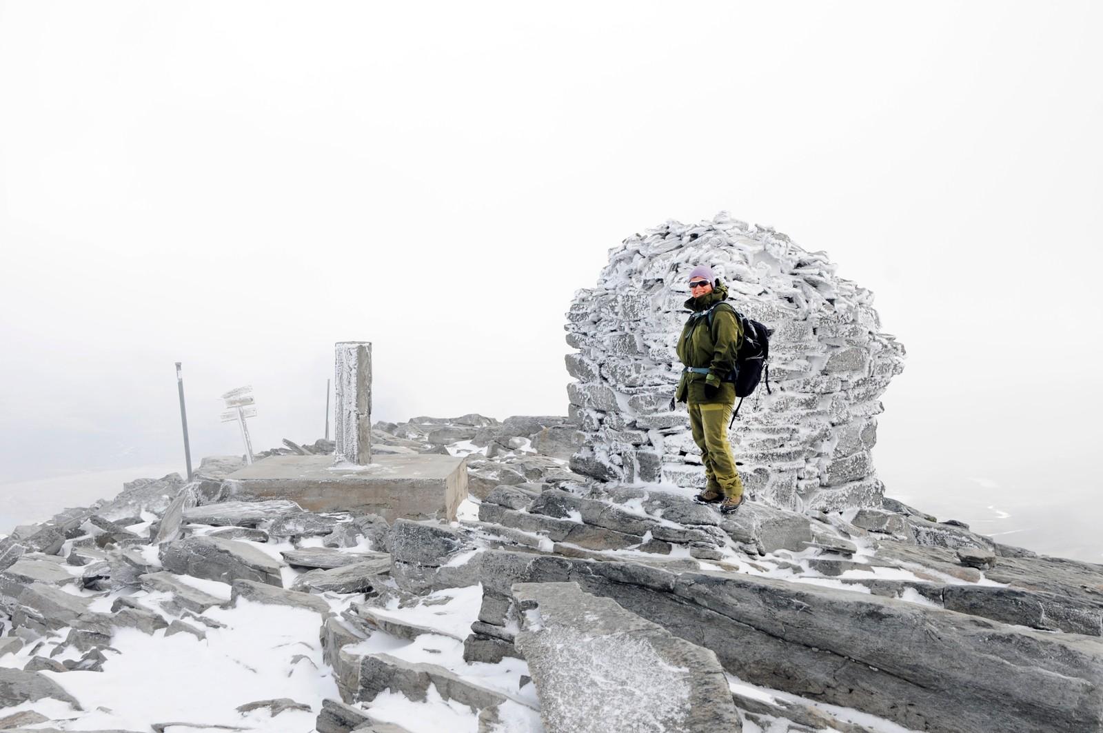 Tåka lå tjukt fra 2000 meter og opp, da ekteparet gikk opp Snøhetta.