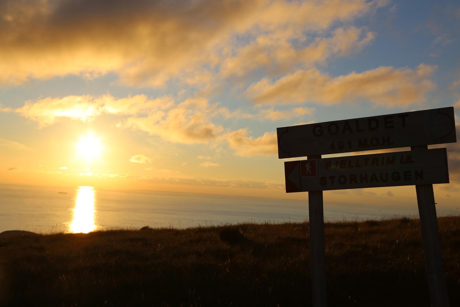 Når du kjem opp på kanten av fjellet så ser du sola gå ned ute i havet. No er du svært nær toppen.