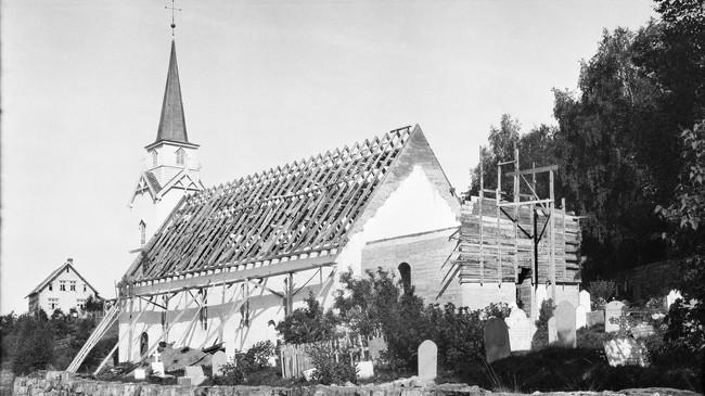 Ombygging av Vereide kyrkje i 1932. Foto: Olav Kvaale. Eigar: Fylkesarkivet i Sogn og Fjordane.