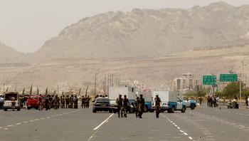 Politimenn holder vakt i Sanaa