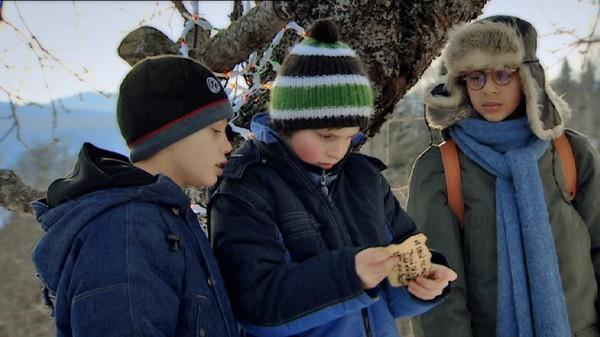 Spor i snøen.       På gården til Linus er det gjemt en skatt. Det forteller i hvert fall Marvin. Ungene bestemmer seg for å finne den.