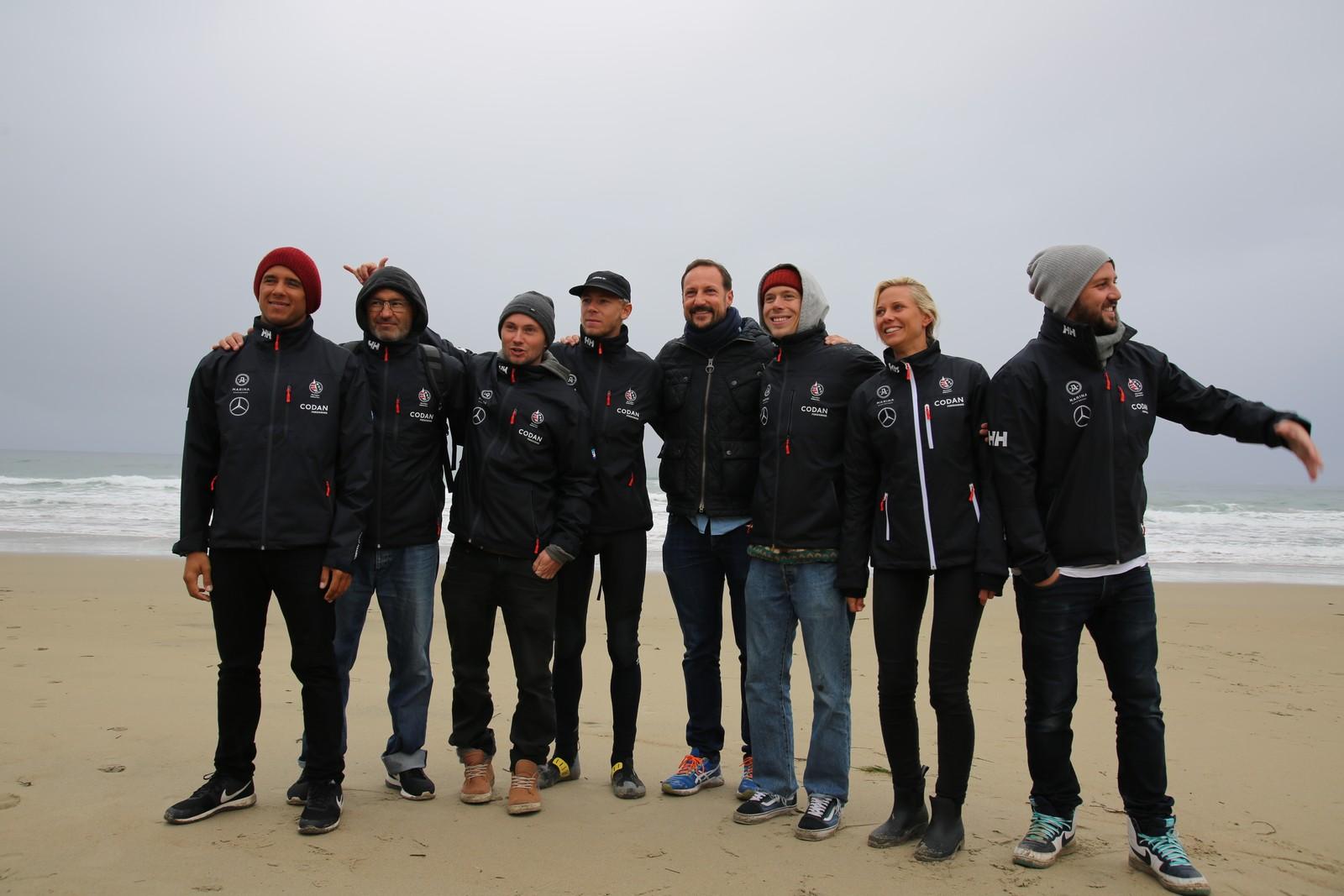 Kronprinsen besøkte surfe-EM på Borestranden. Her sammen med det norske surfelandslaget.