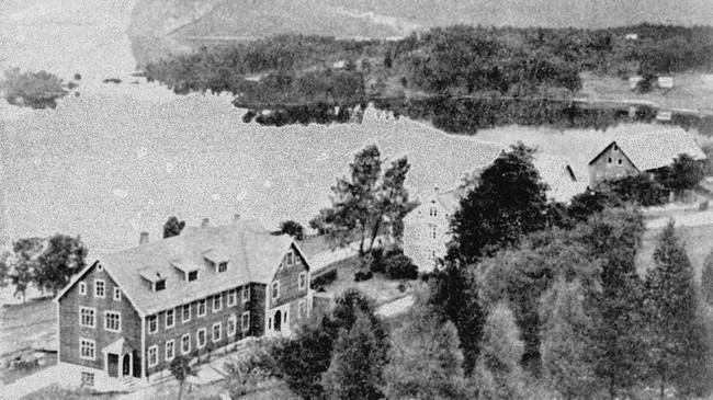 Holmøy Arbeidsskule. Ukjend fotograf. © Fylkesarkivet.