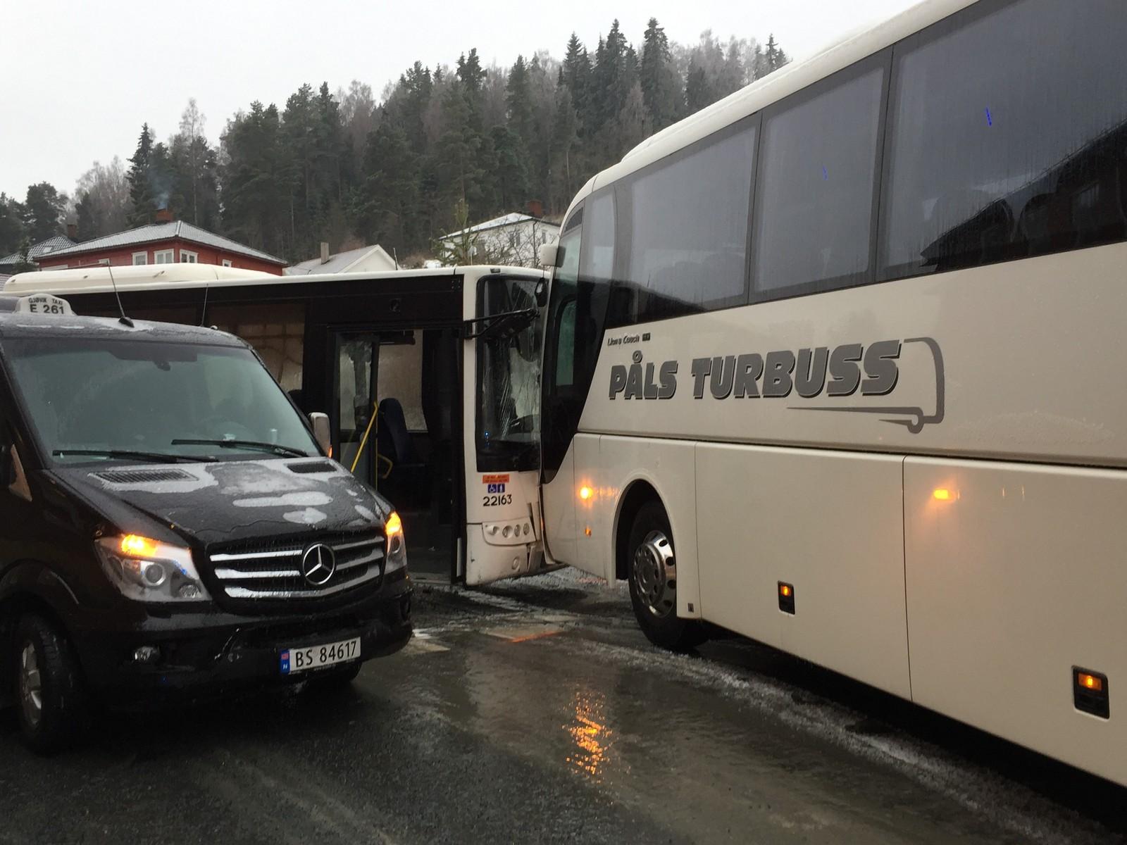 To busser kolliderte i Gjøvik på det glatte steder.