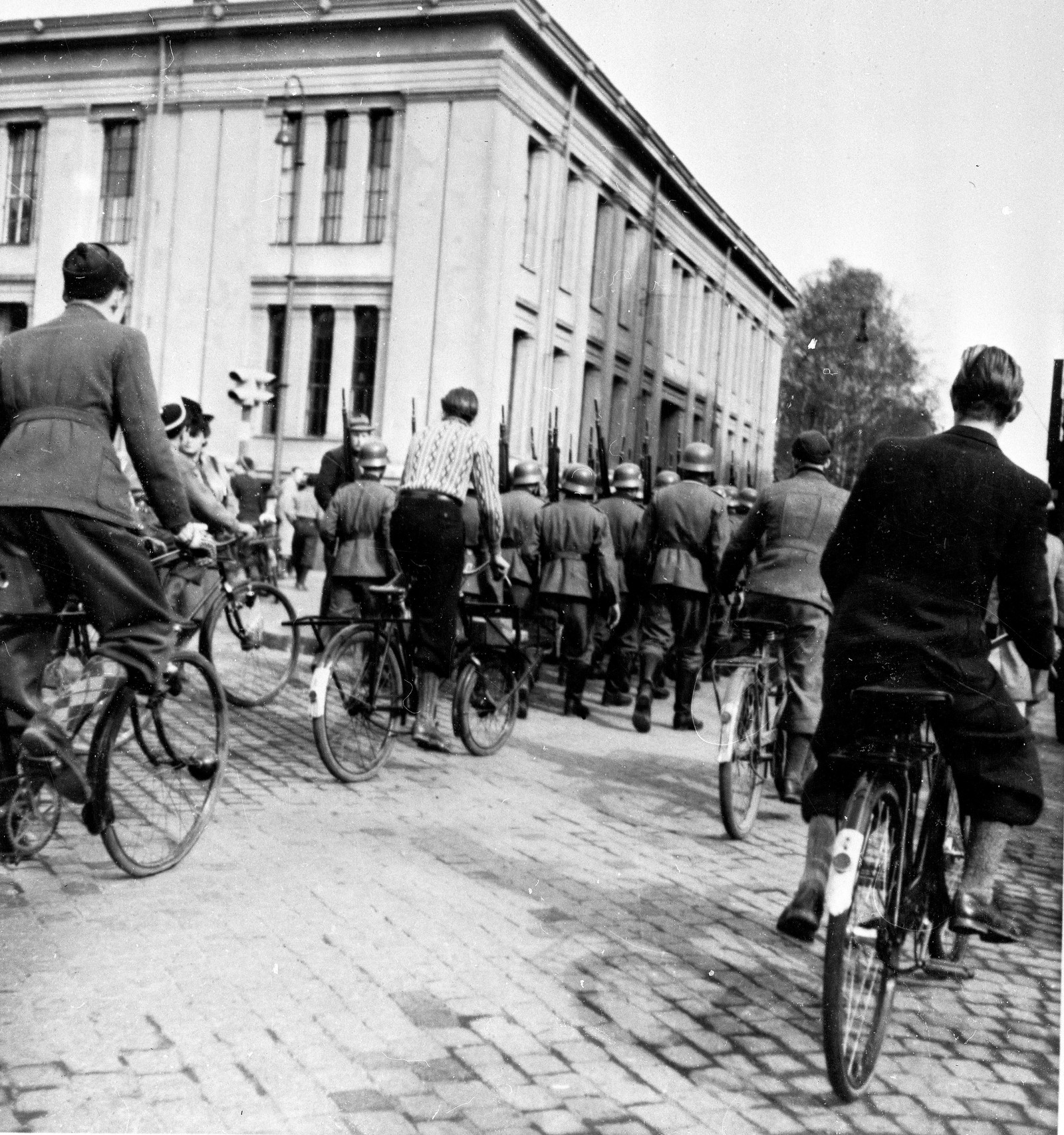 Tyske styrker rykker inn i Oslo, og marsjerer på Karl Johans gate ved Universitetet.