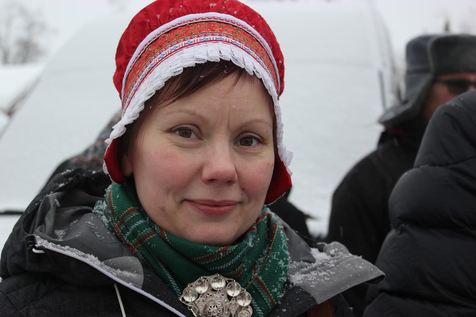 Hanna Sofie Utsi fra Jokkmokk synes det er viktig å feire nasjonaldagen 6. februar. Samene trenger en felles dag som viser at vi er ett folk, mener hun. Det er også en dag med glede. Derfor er det ofte kake i Utsi/Berglund familien på denne dagen.