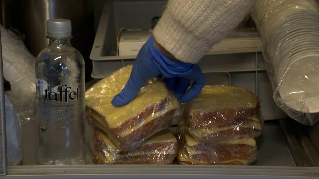 Frelsesarmeen deler ut matpakker fra sykkelen
