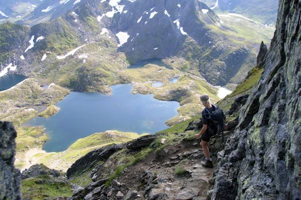 Stien ned i Molladalen i Jønshornrenna, - Foto: Arild Eidset