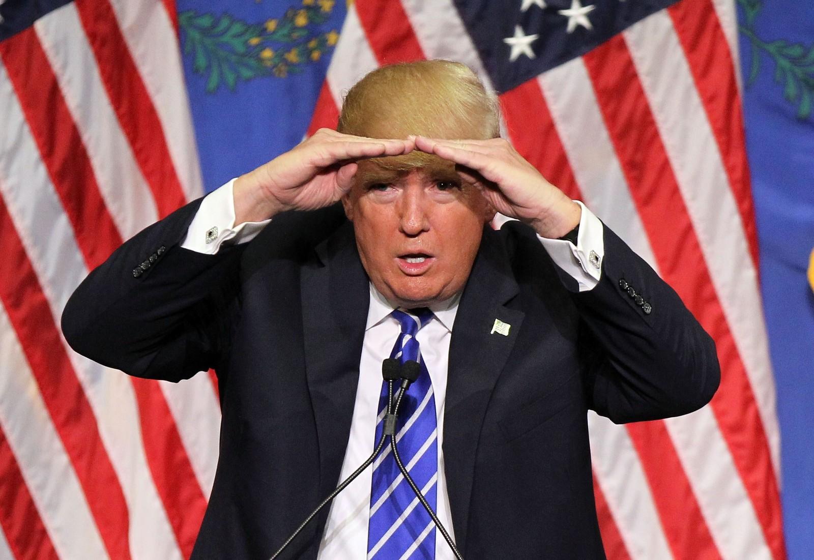 Republikanernes presidentkandidat Donald Trump kikker ut over folkehavet som kom for å høre ham tale på et hotell i Las Vegas 8. oktober.
