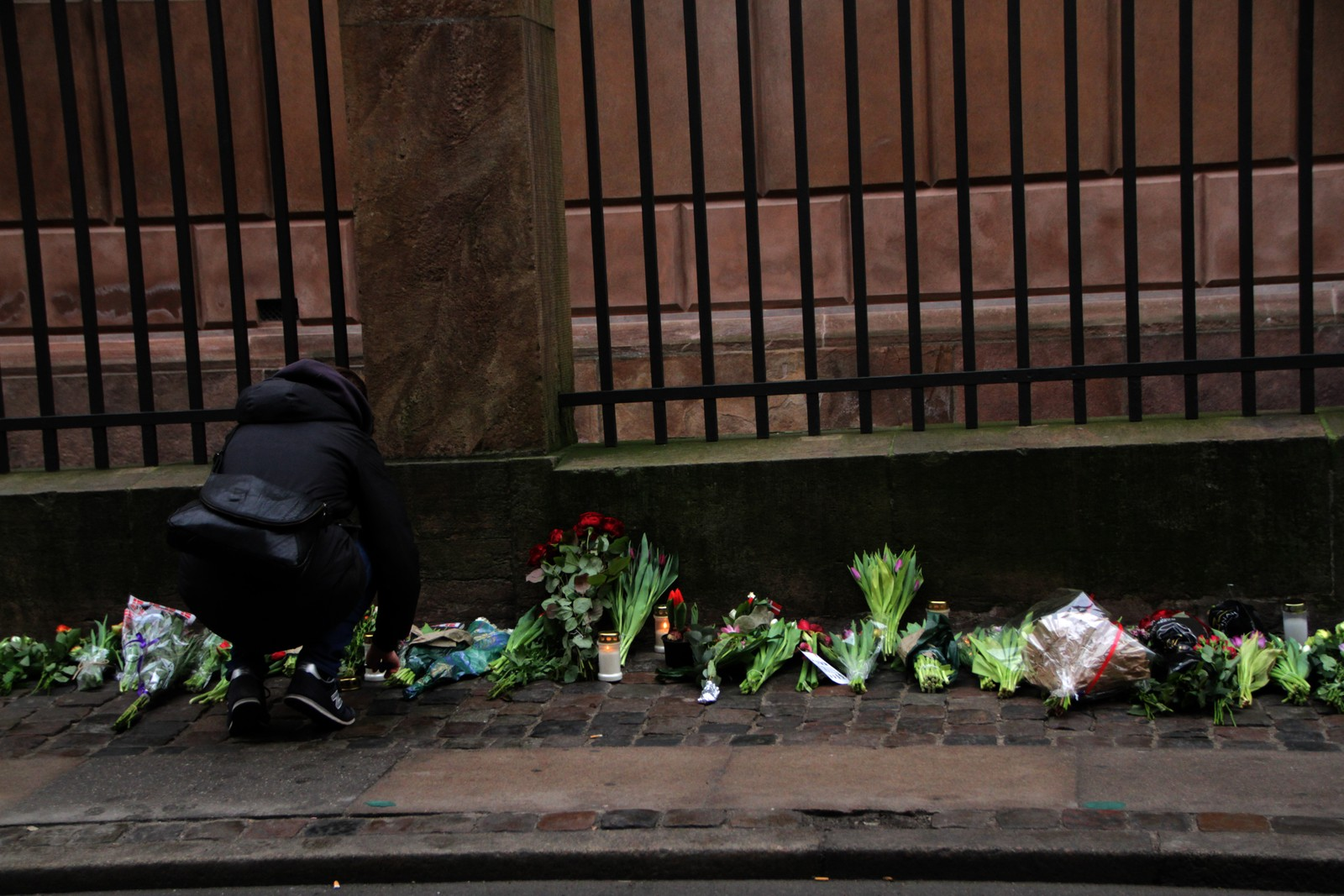 Søndag har mange lagt blomster og tent lys utenfor synagogen, midt i den danske hovedstaden.