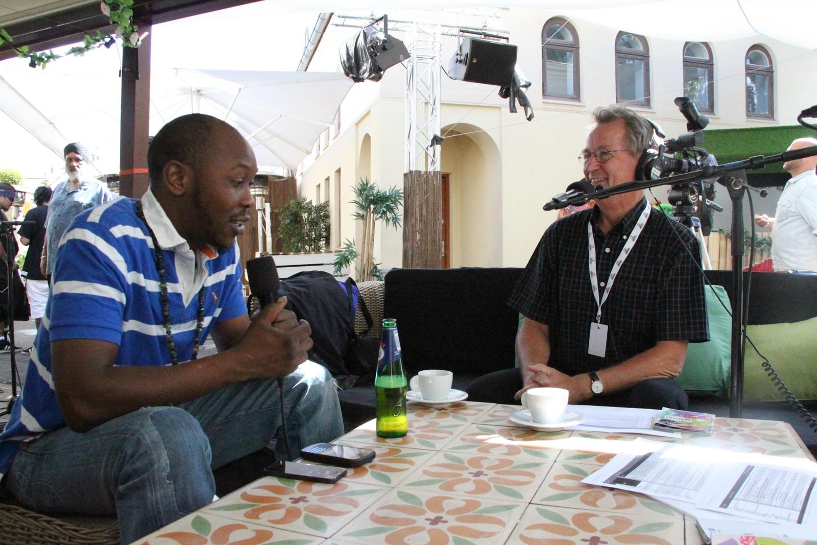 Sigbjørn intervjuer Seun Kuti fra Nigeria under Melafestivalen 2013.