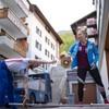 Mowinckel og treneren Daniel har gått ut på gaten og gjør klar vekter der