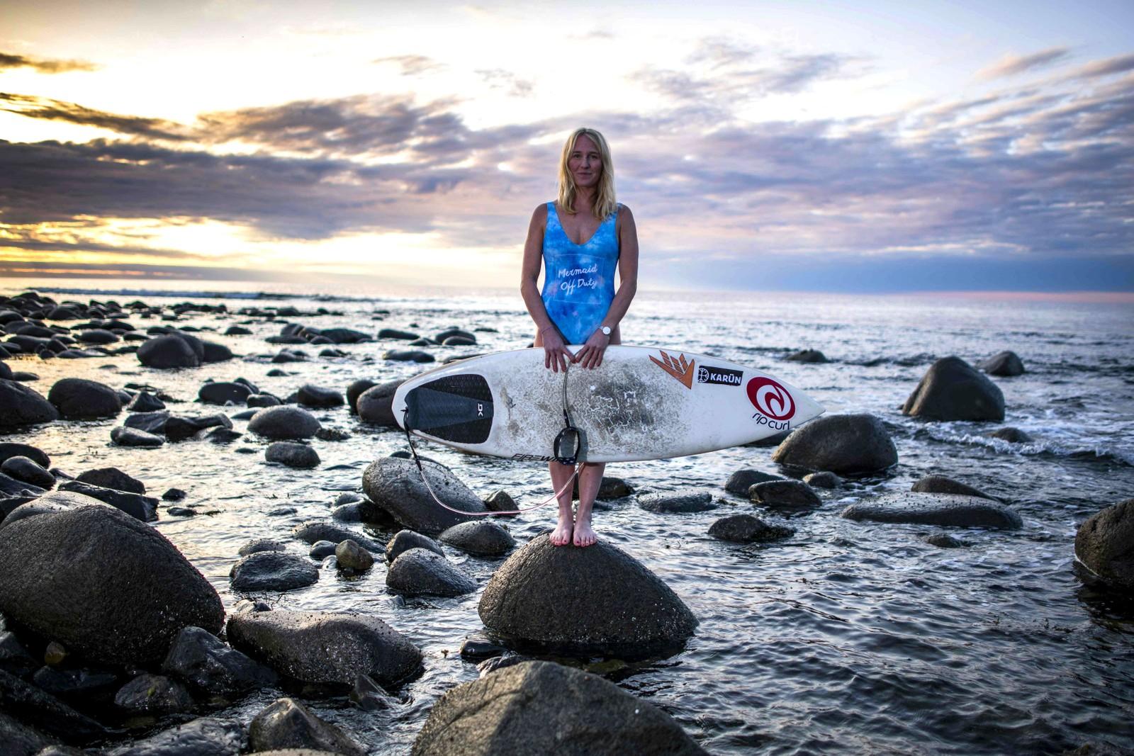 Her har svenske Maria Petersson nettopp vunnet verdens nordligste sufekonkurranse. Den ble holdt på Unstad i Lofoten.