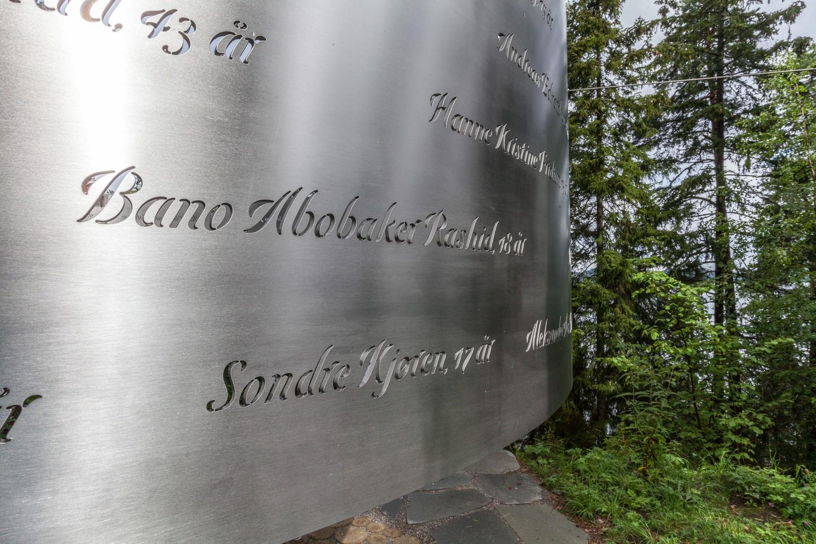 Navnene og alderen til de fleste av ofrene er hugd inn i minnesmerket.