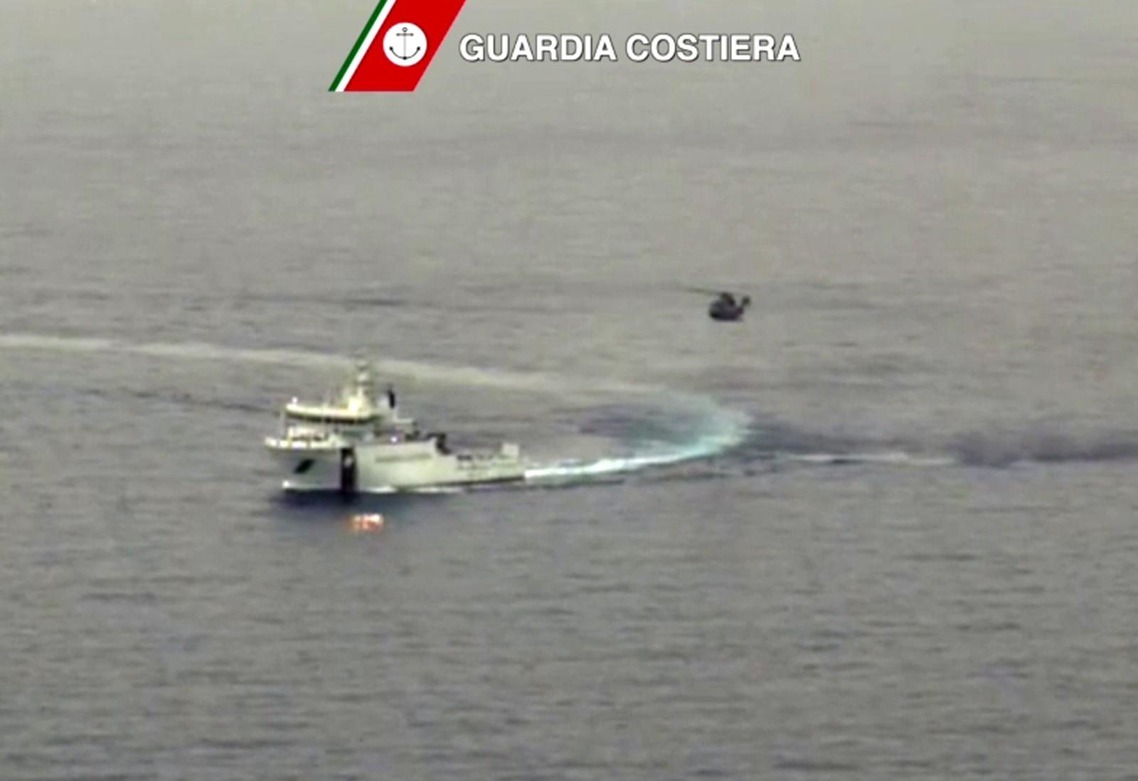 Den italienske kystvakten leter etter omkomne fra fiskebåten som kantret og sank mellom Libya og den italienske øy Lampedusa.