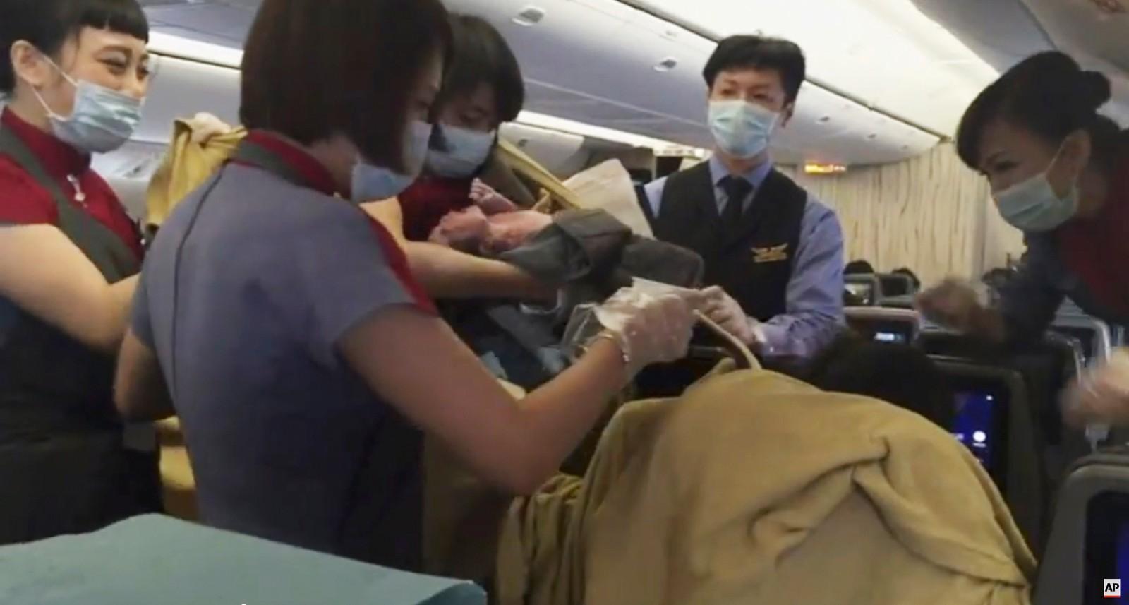 På vei fra Taiwan til Los Angeles, bestemte en ny verdensborger seg for at hun ville ut. Heldigvis var det en doktor om bord og fødselen skal etter forholdene ha gått bra. Flyet stoppet i Alaska, der moren og hennes nyankomne datter ble sendt til sykehus, før det fortsatte turen til California.