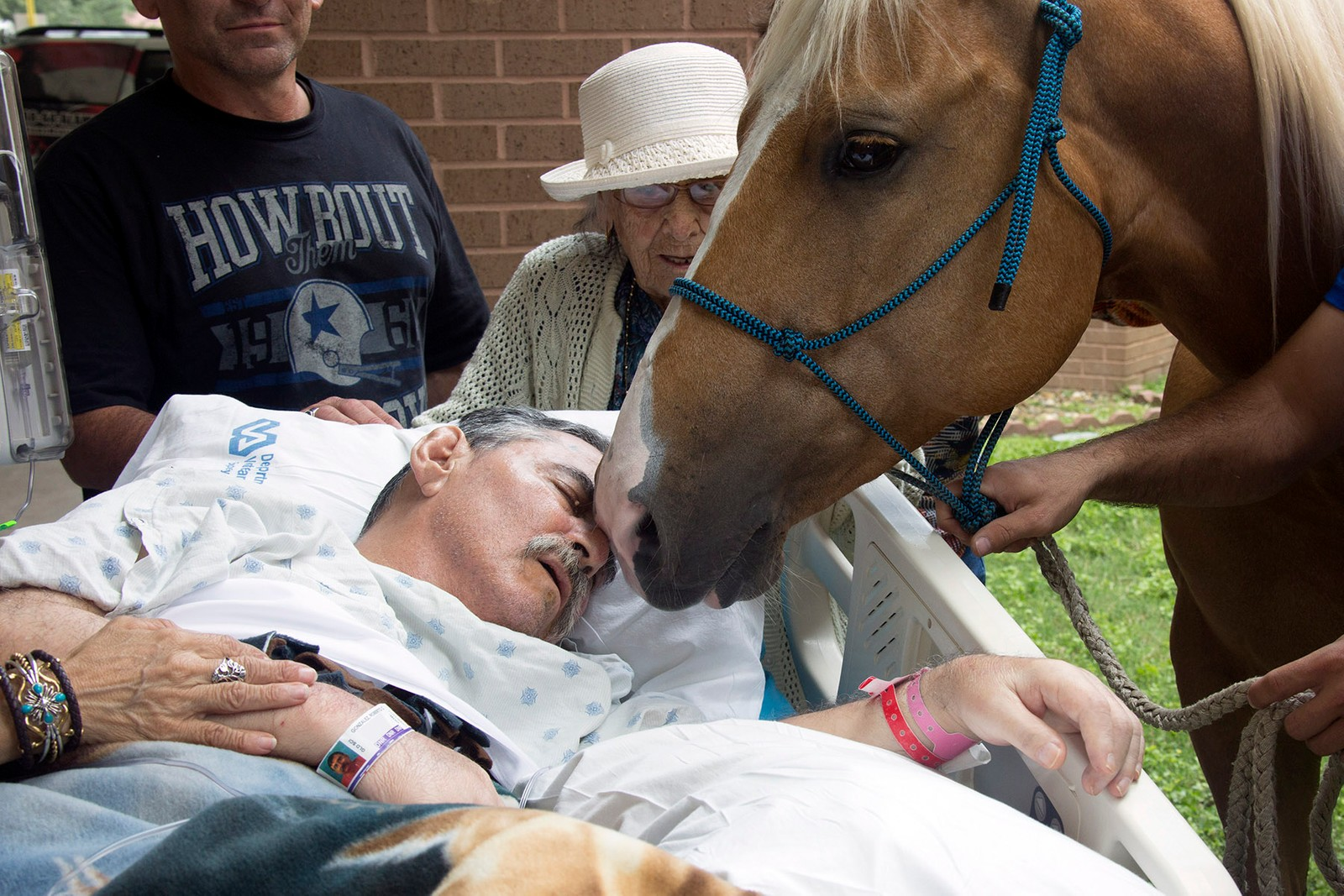 Vietnam-veteranen Roberto Gonzales' siste ønske var å ta farvel med hestene sine, Ringo og Sugar. Gonzales ble lam av skuddskader han pådro seg i krigen 21. mai, 1970. Samme dato 46 år seinere tok han farvel med hestene han har trent opp.