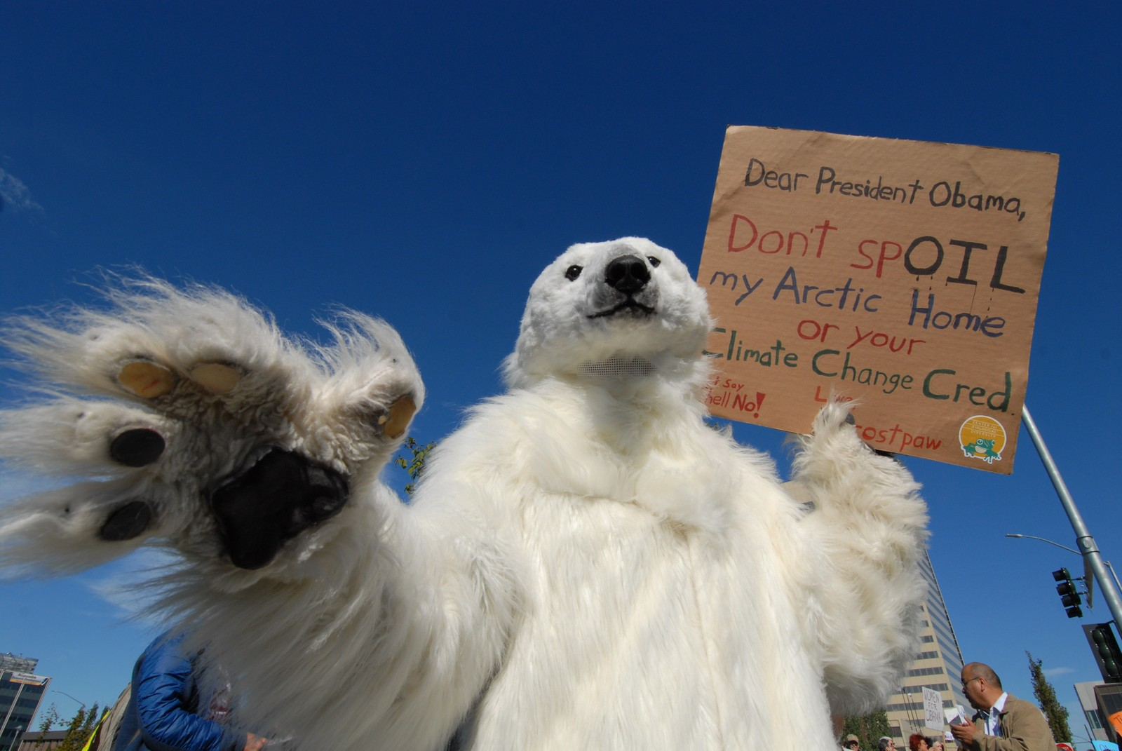 En isbjørn-utkledd demonstrant protesterte mot Shell samtidig som Obama ga en tale på en klimakonferanse i Anchorage, Alaska denne uka.