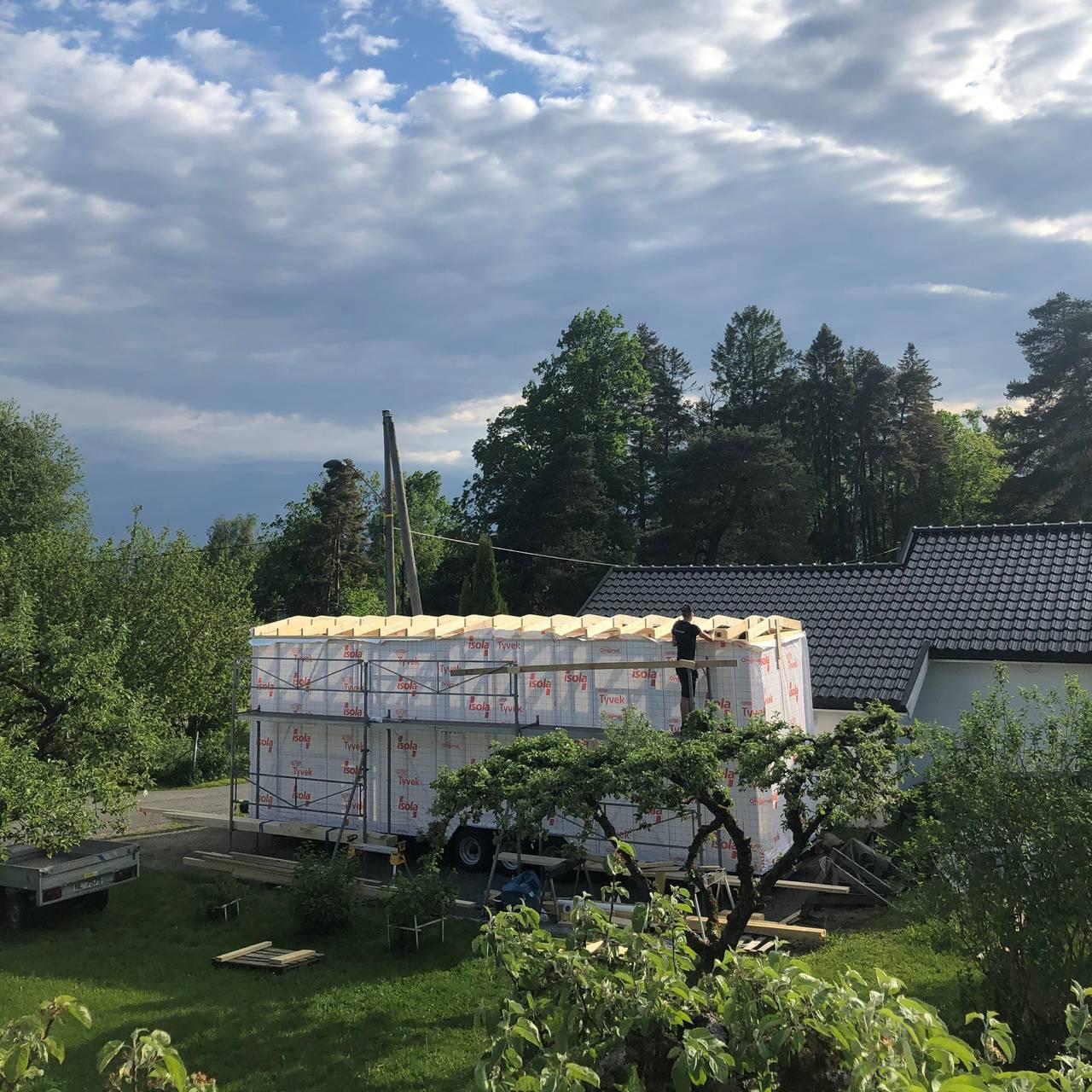 Snekring av takkonstruksjon på mikrohuset.
