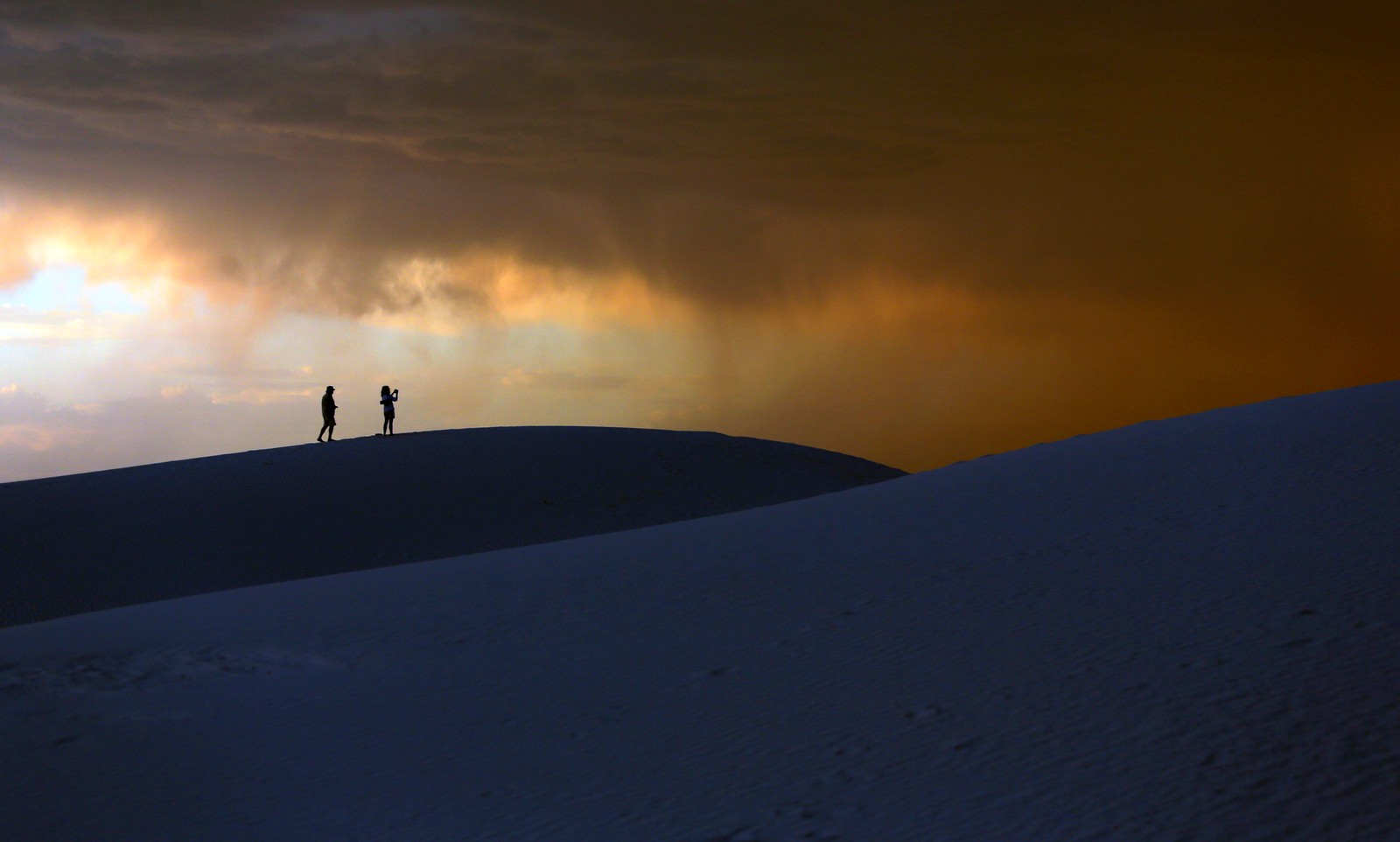 Det nærmer seg en storm ved White Sands National Monument i New Mexico.