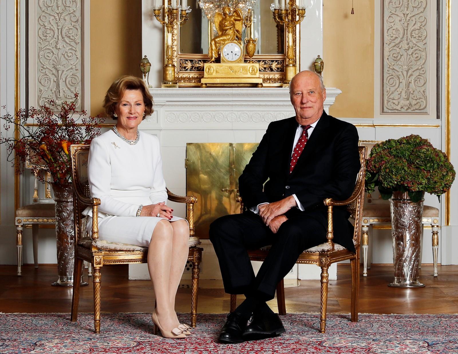 Kong Harald og dronning Sonja 80 år. Oslo 20161017. Kong Harald og dronning Sonja 80 år. I anledning kongeparets 80-års bursdager er kongefamilien fotografert i den hvite salong på Slottet i Oslo. Dronning Sonja og kong Harald. Foto: Lise Åserud / NTB scanpix