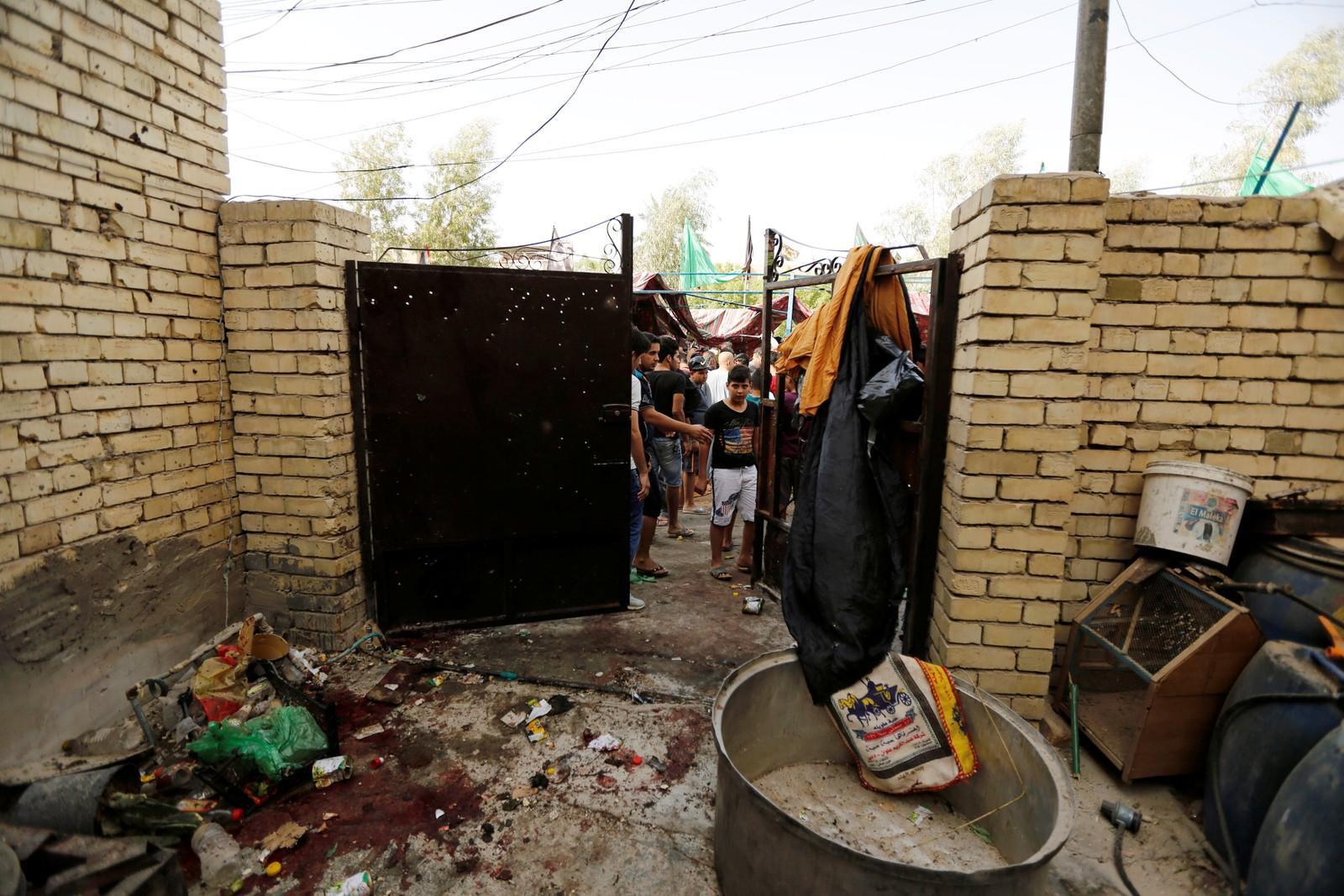 Innbyggjarane i Shaab-distriktet nord i Bagdad er samla der ei bombe gjekk av.