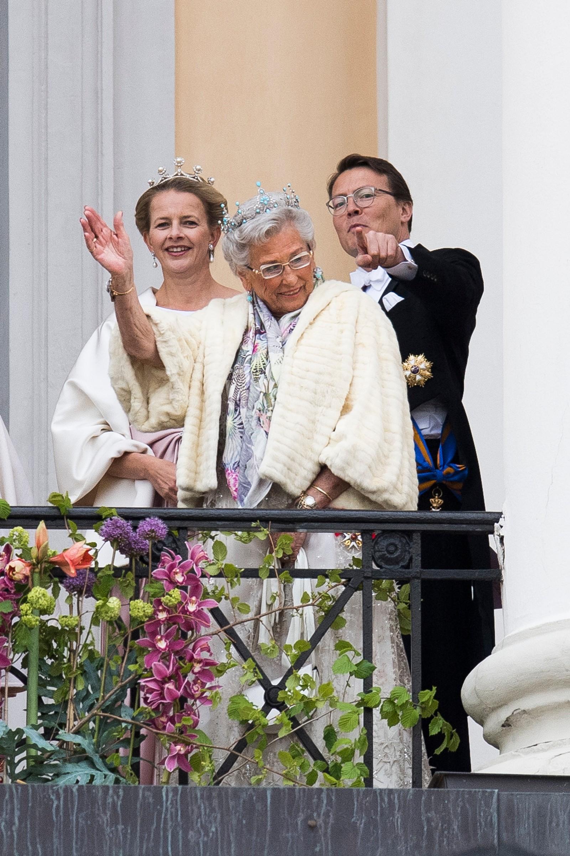 Kongeparet med kongelige gjester hilser publikum fra slottsbalkongen i anledning sin 80-årsfeiring. Fra venstre: prinsesse Mabel, prinsesse Astrid, fru Ferner og Prins Constantijn av Nederland.
