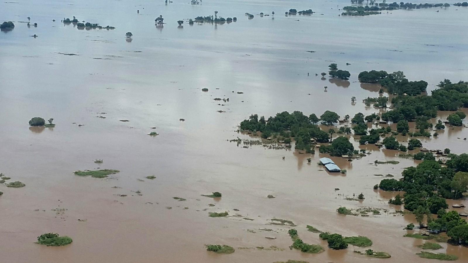 Flomvannet vasker bort alt på sin ferd sørover i landet. Det vil koste milliarder å bygge det opp igjen.