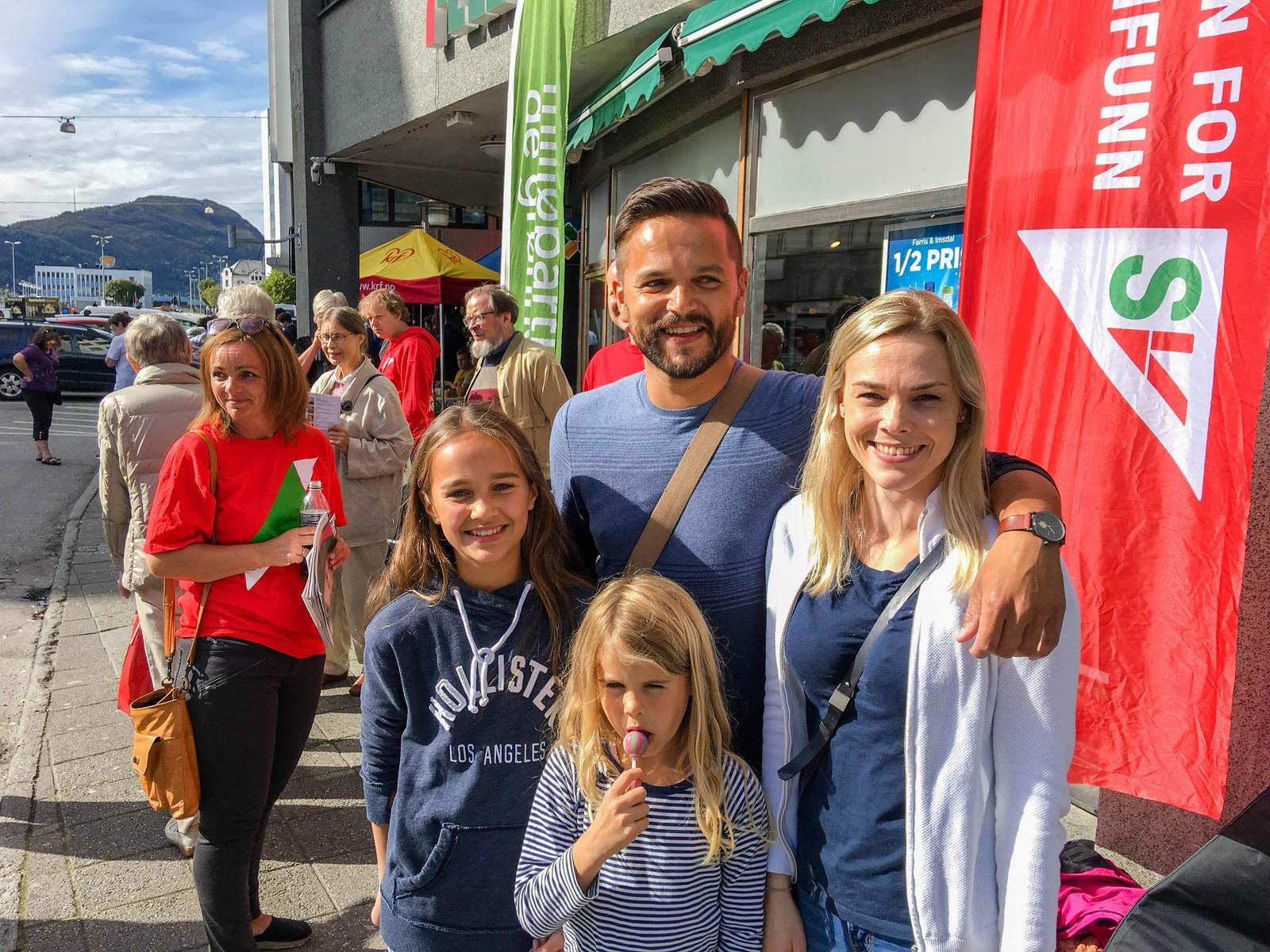 Mange Ålesundere tok enn runde innom valgbodene ved Korsatunellen for å få den siste informasjonen før de skulle gå og stemme på mandag. Fra venstre: Linnea Holen Jansson, Kai Åge Jansson og Cecilie Jansson