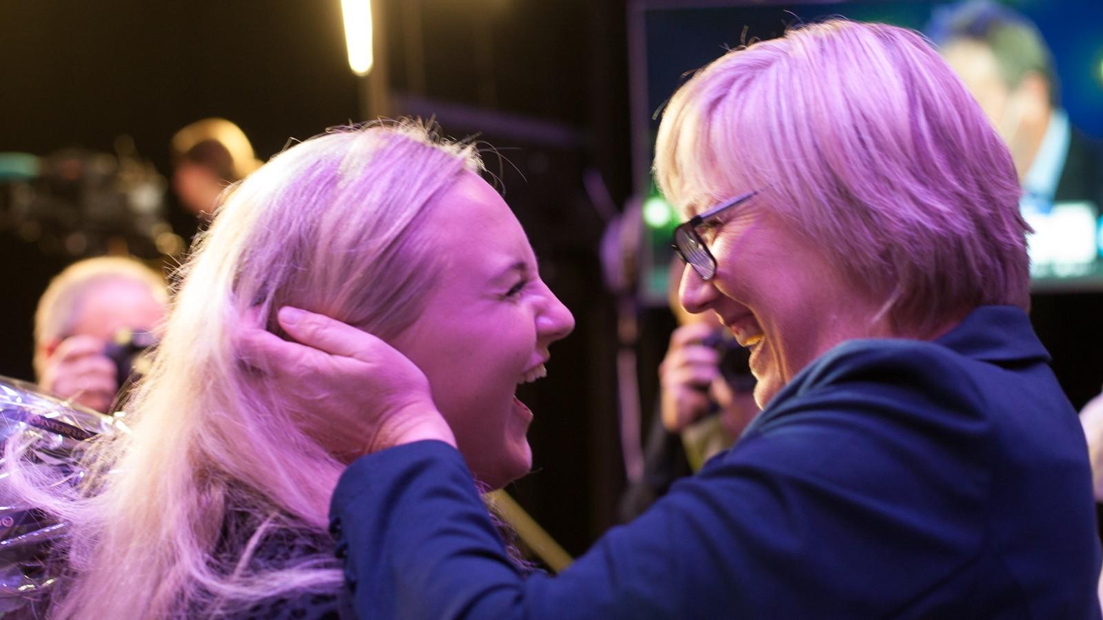 Lise-May Sæle frå Unge Høgre var tydeleg glad då Høgre sin toppkandidat, Frida Melvær, kom til valvaken på Sunnfjord Hotel.