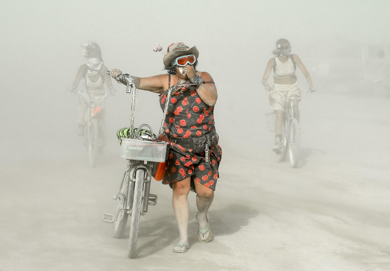 Sandstorm er ikke uvanlig under Burning Man-festivalen i Nevada, USA. Deltagerne fremmer en alternativ livsstil og festivalen avsluttes med brenningen av en enorm mannsfigur i tre - derav festivalens navn.