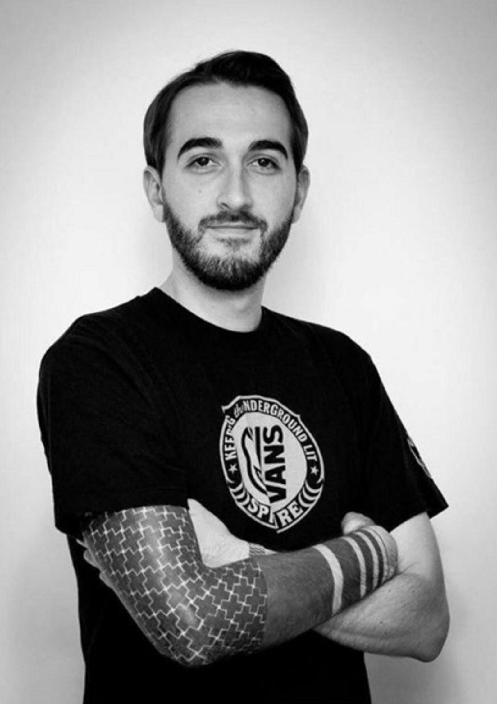 DREPT: Franske Cedric Gomet (30) var på Bataclan konserthus under terrorangrepene. Der ble han drept. Gomet arbeidet i den franske tv-kanalen TV5.