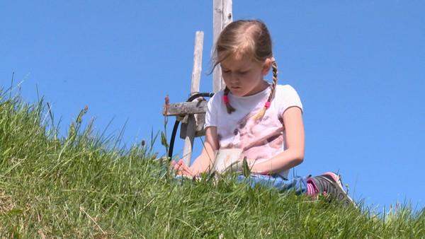Norsk serie om barn som har en ekstra utfordring å leve med.Nora elsker dyr. Musklene til Nora er ikke så sterke, hun kan ikke gå så mye av gangen. For å få i seg nok mat må hun også få mat gjennom en slange inn i magen.