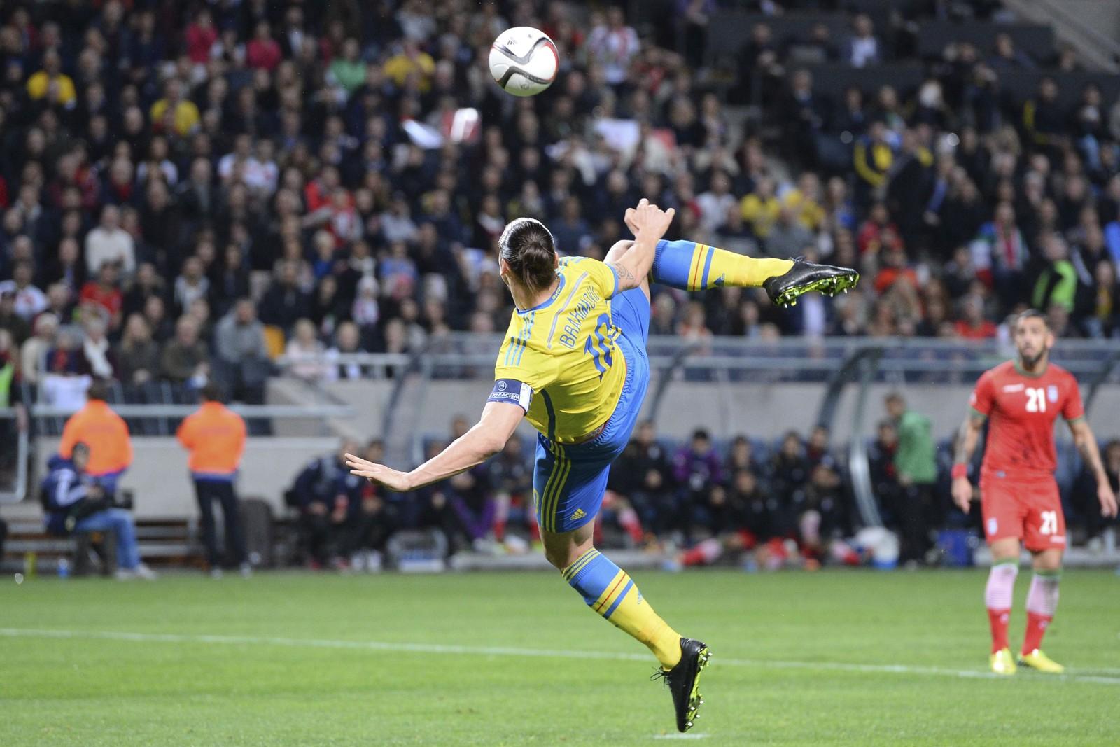 1: Zlatan Ibrahimovic tar sats og kaster seg opp i luften.
