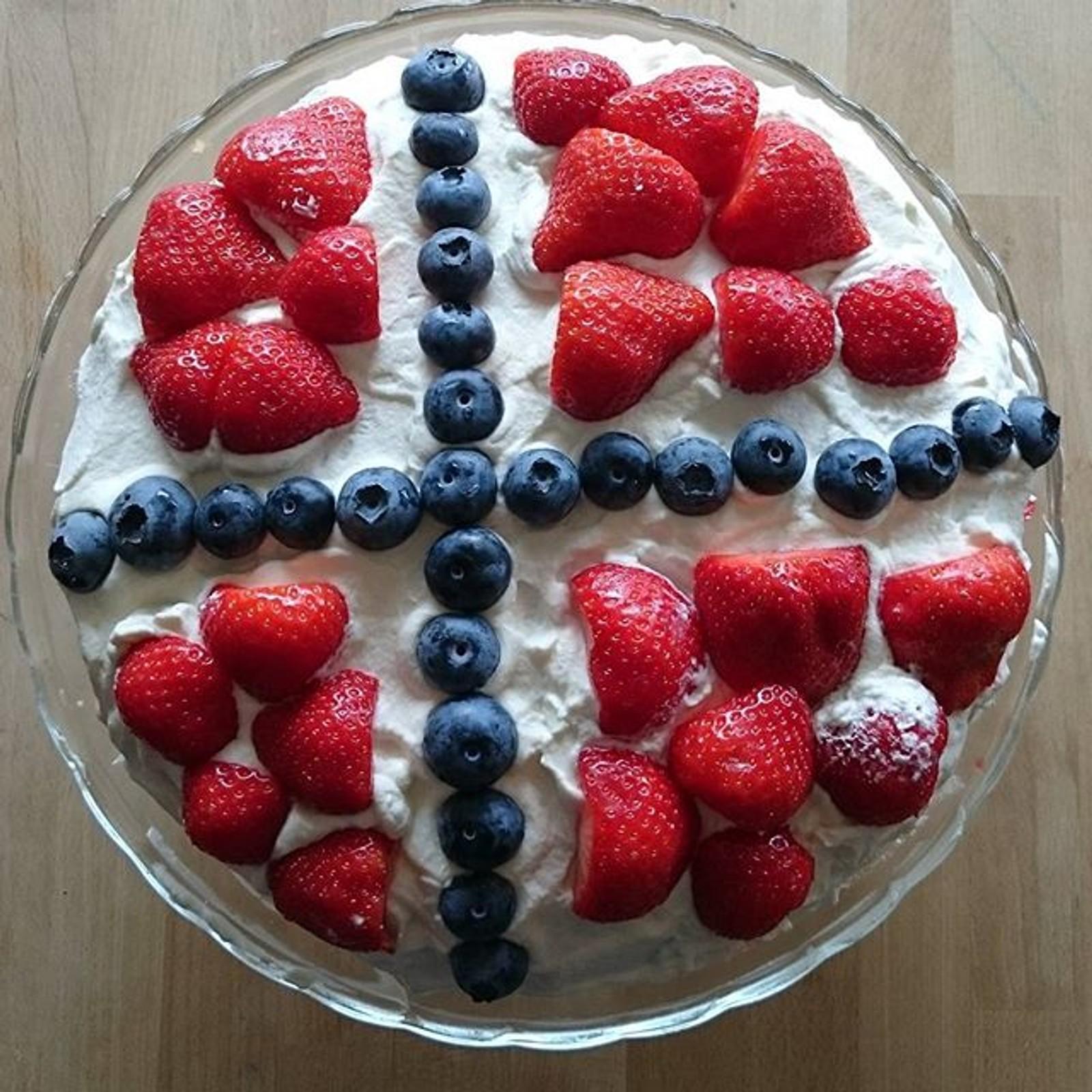 Norges flagg av blåbær og jordbær. Denne kaken skal nytes i Lyngdal.  Takk til #Lisechi for deling!