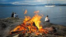 KLAR FOR BÅLKOS: Idyll på sankthans på Nesodden for tre år siden. Det ligger an til like bra jonsokvær i år.