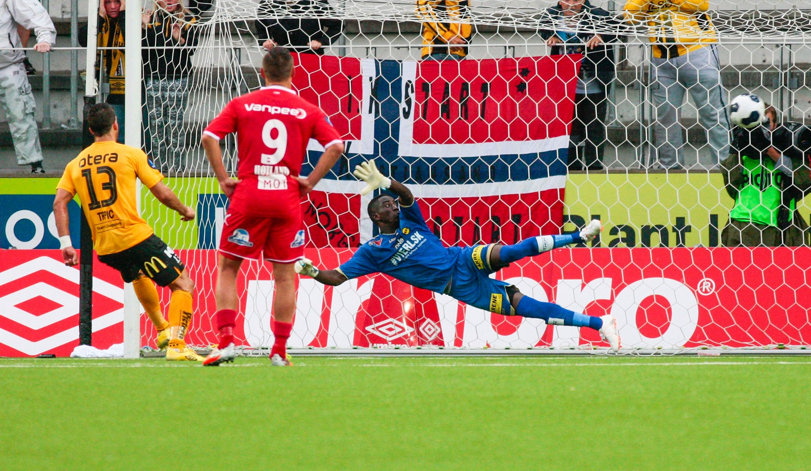 Tripic scorar på straffe mot Lillestrøm.