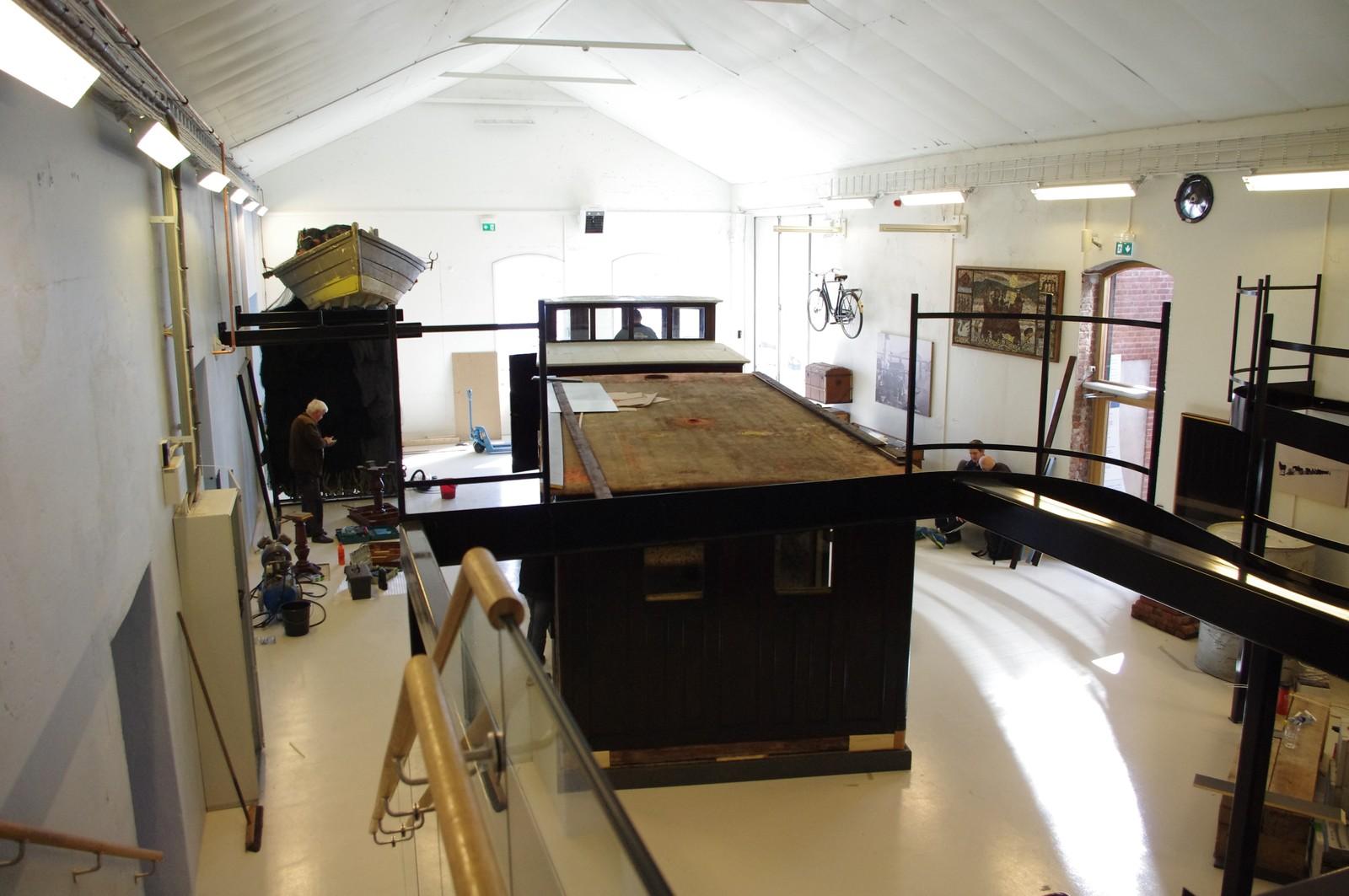 """GJENBRUK: Her gjøres de siste forberedelser av """"Mjøsas Ark"""". Museet har satset på gjenbruk i utstillinga."""