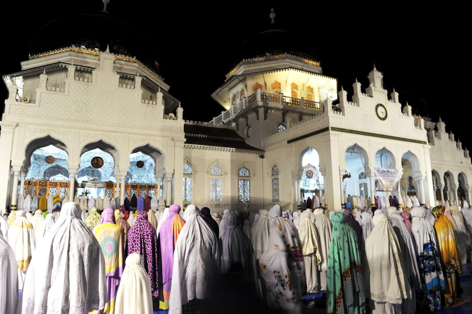 Muslimske kvinner markerer starten på ramadan i Baiturrahman-moskeen i Banda Aceh i Indonesia.