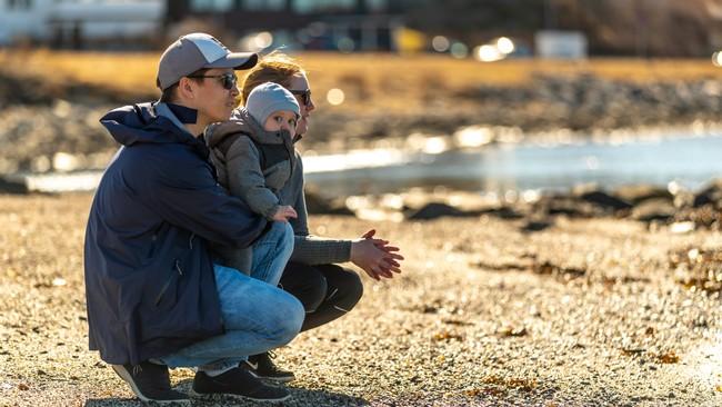 Erlend Rogne, Betty Helland og Jo koser seg ved vannkanten i Bodø. De la godt merke til den høye temperaturen i dag.