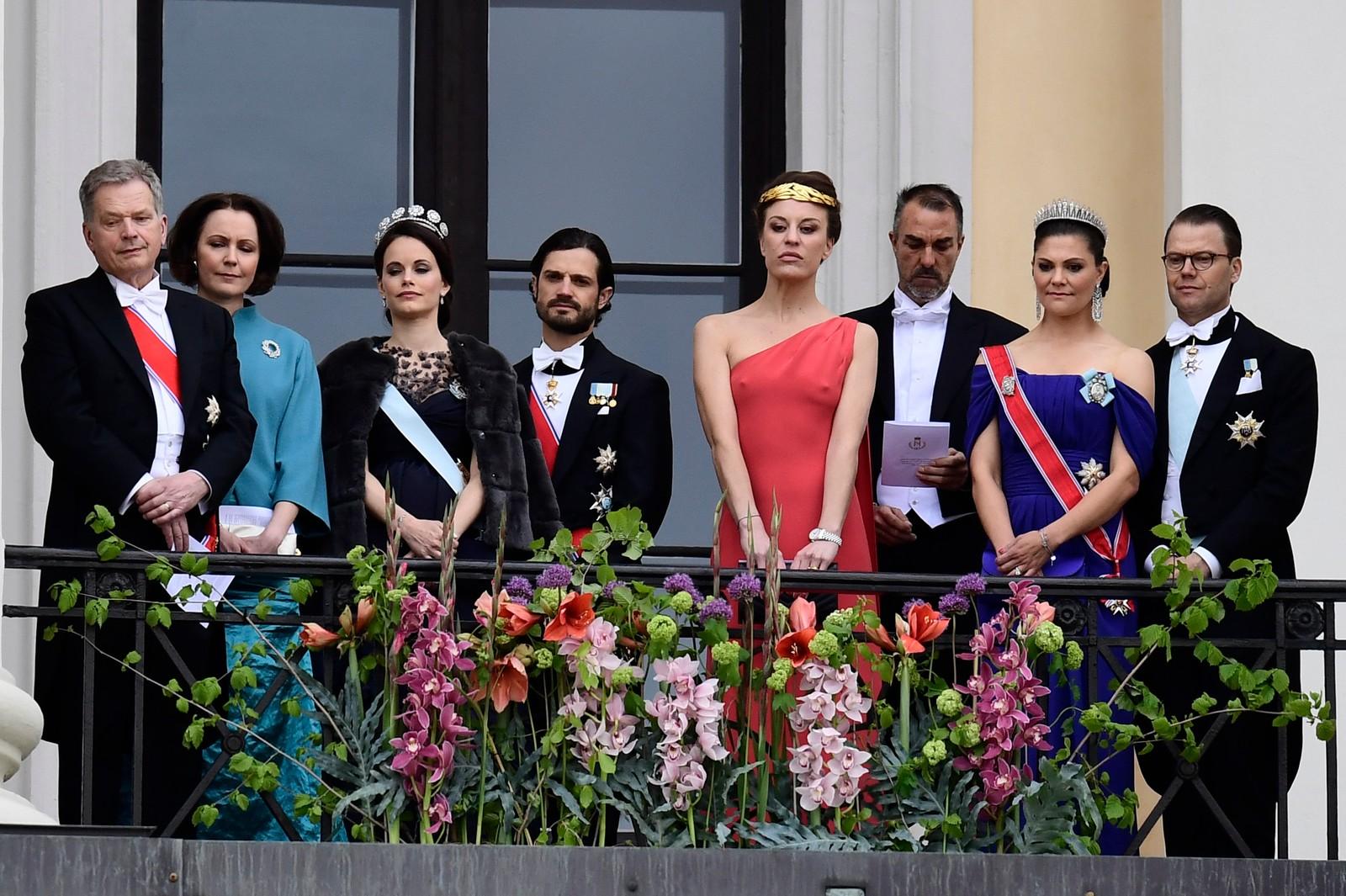 Kongeparet med kongelige gjester hilser publikum fra slottsbalkongen i anledning sin 80-årsfeiring.