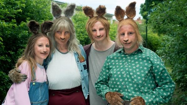 Svensk dramaserie. Å være tenåring kan være vanskelig, i hvert fall hvis du er fra en kengurufamilie som har kommet flyttende fra Australia.